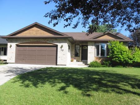 Main Photo: Beautiful 3 Bedroom Bungalow