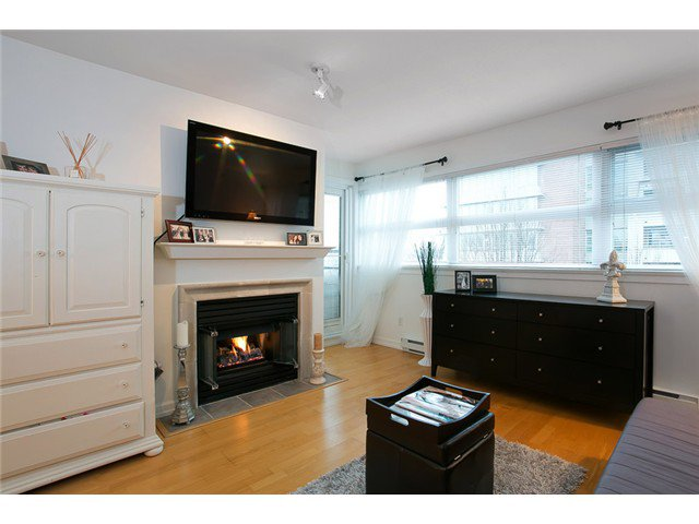 "Main Photo: 407 2181 W 12TH Avenue in Vancouver: Kitsilano Condo for sale in ""THE CARLINGS"" (Vancouver West)  : MLS®# V987441"