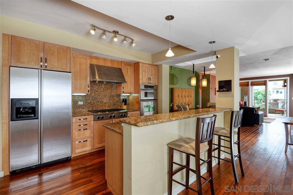 Main Photo: LA JOLLA Condo for sale : 2 bedrooms : 5440 La Jolla Blvd #E204