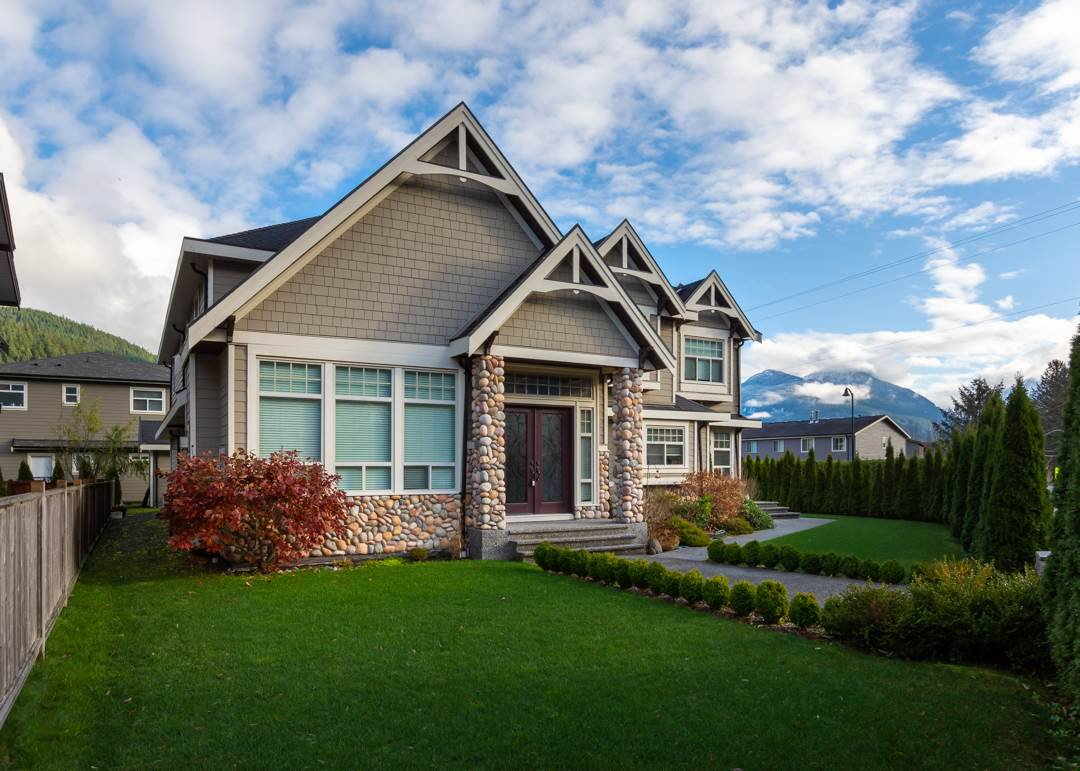 Main Photo: 41500 GOVERNMENT Road in Squamish: Brackendale House for sale : MLS®# R2520587