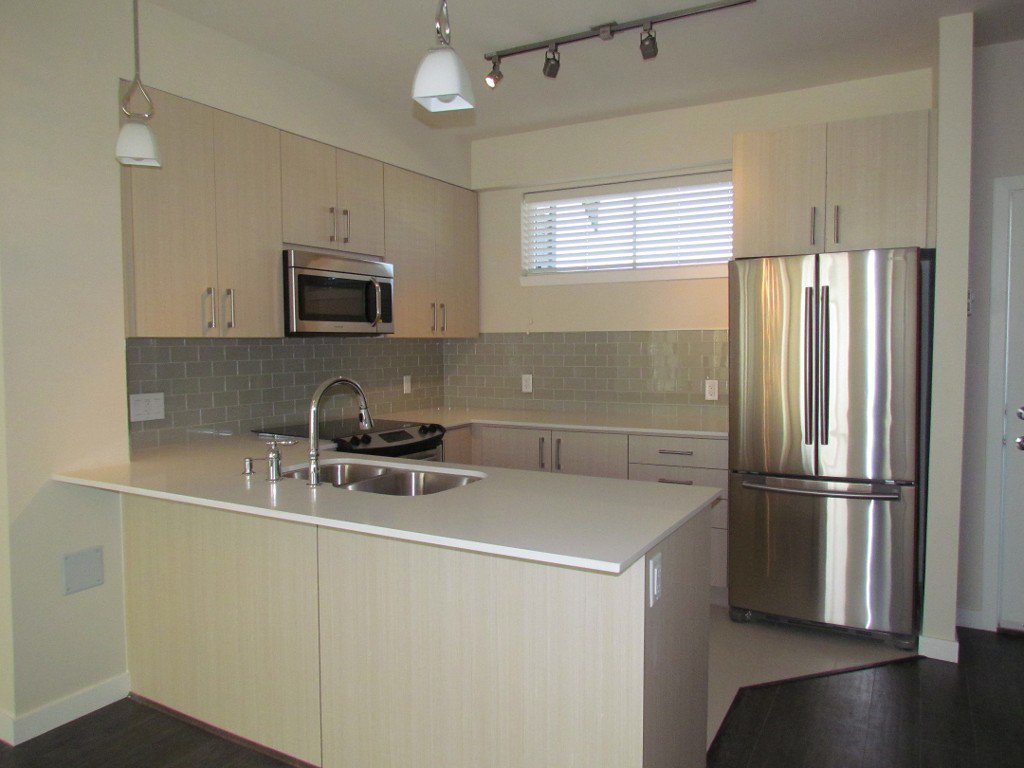 Main Photo: 220 32083 Hillcrest Avenue in Abbotsford: Clearbrook Townhouse for rent