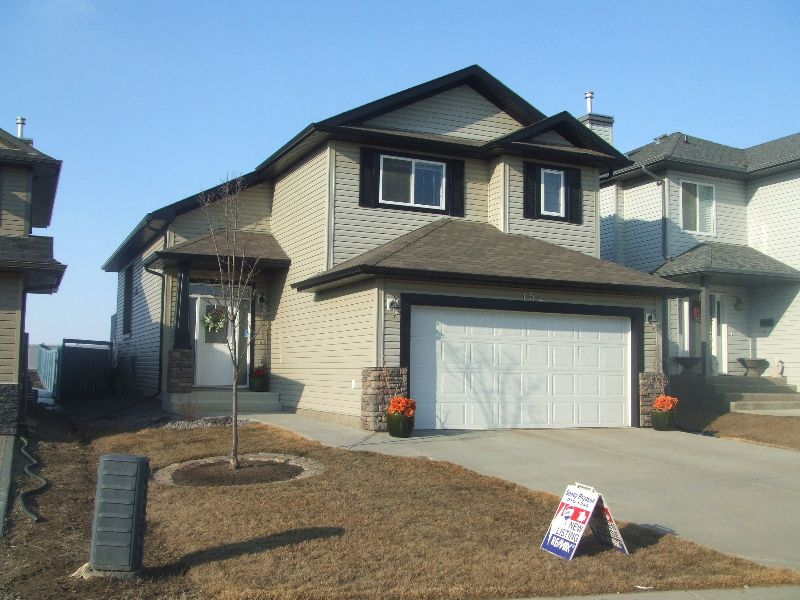 Main Photo: 152 Castle Drive: House for sale : MLS®# E3136742