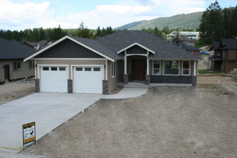 Main Photo: 1640 - 22 Street NE in Salmon Arm: Residential Residential Detached for sale : MLS®# 9192832