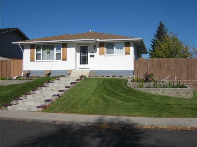 Main Photo: 104 Doverthorn Close SE in CALGARY: Dover Glen Residential Detached Single Family for sale (Calgary)  : MLS®# C3448528