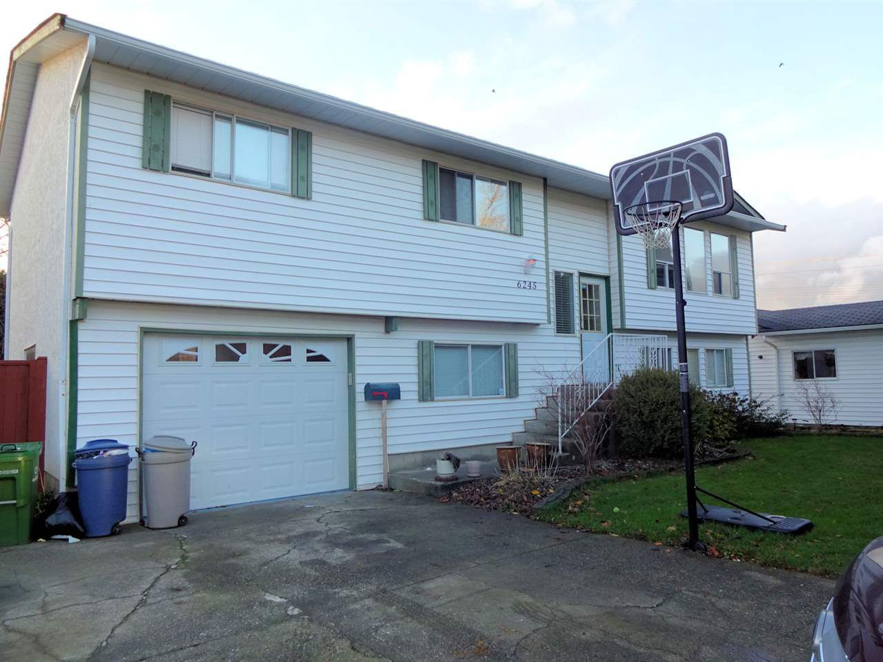 Main Photo: 6245 DUNDEE Place in Sardis: Sardis West Vedder Rd House for sale : MLS®# R2224915