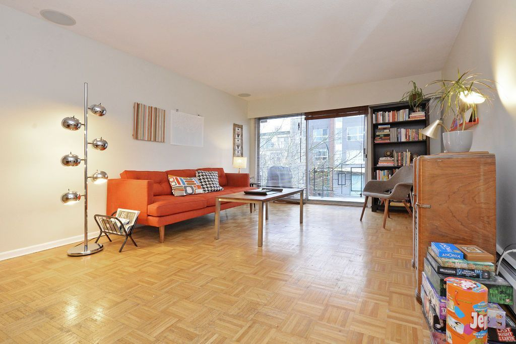 """Main Photo: 301 3680 OAK Street in Vancouver: Cambie Condo for sale in """"GLEN OAKS"""" (Vancouver West)  : MLS®# R2040017"""