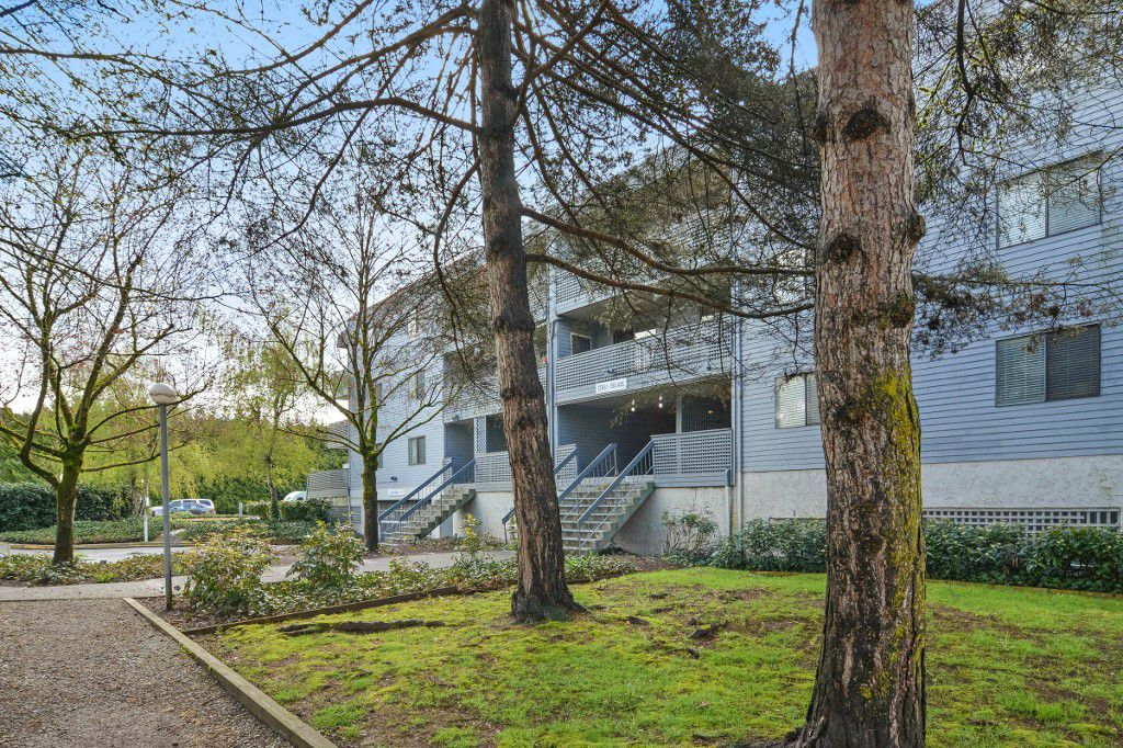 "Main Photo: 311 17661 58A Avenue in Surrey: Cloverdale BC Condo for sale in ""WYNDHAM ESTATES"" (Cloverdale)  : MLS®# R2158983"