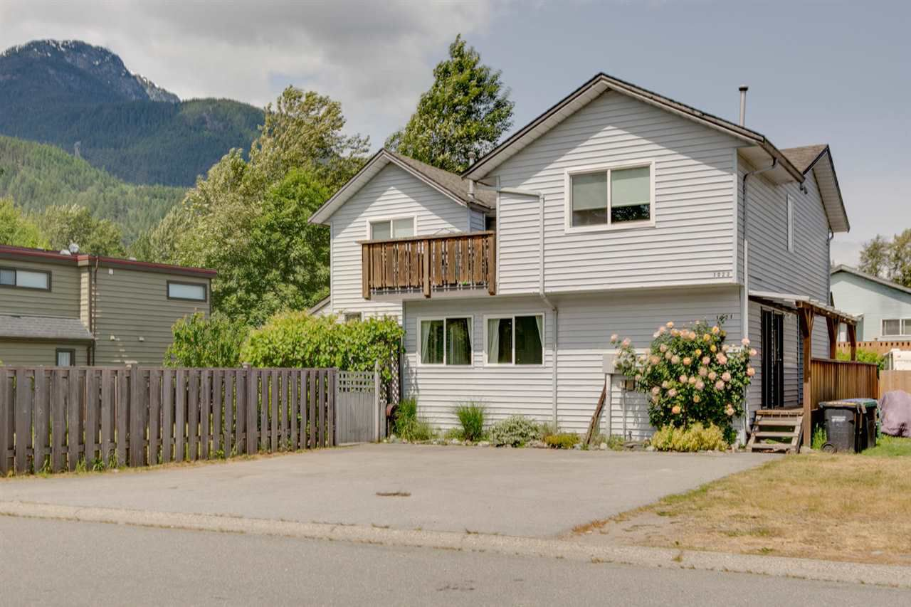 Main Photo: 1021 BROTHERS Place in Squamish: Northyards House 1/2 Duplex for sale : MLS®# R2274720