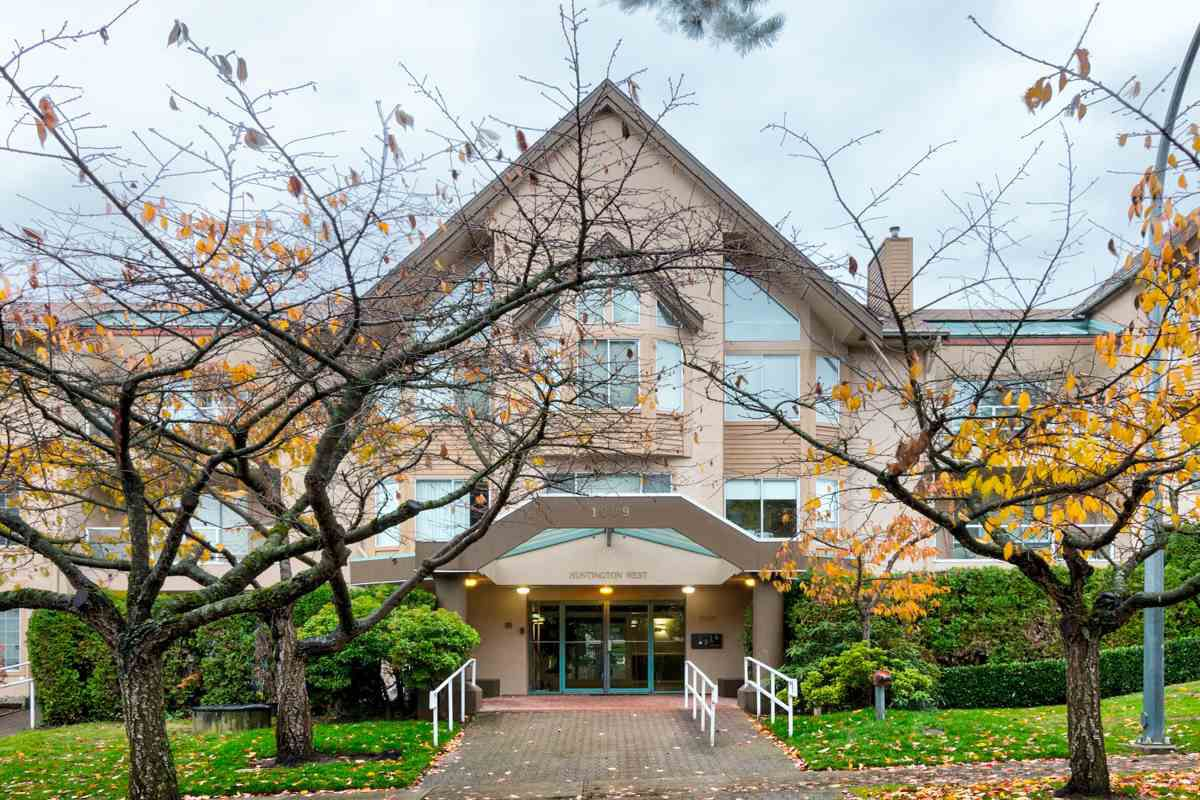 """Main Photo: 304 1009 HOWAY Street in New Westminster: Uptown NW Condo for sale in """"HUNTINGTON WEST"""" : MLS®# R2222732"""