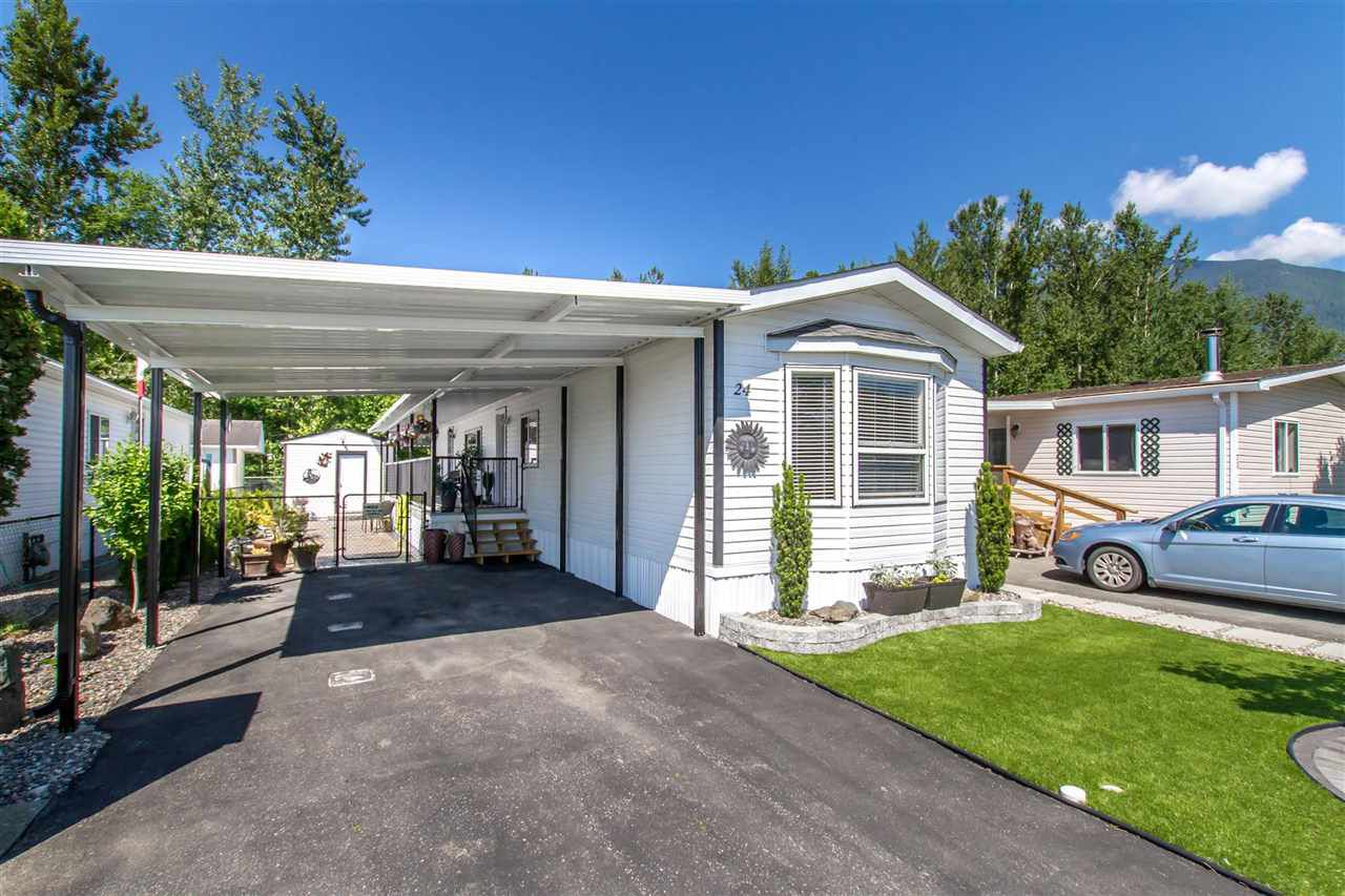 """Main Photo: 24 41168 LOUGHEED Highway in Mission: Dewdney Deroche Manufactured Home for sale in """"OASIS COUNTRY ESTATES"""" : MLS®# R2373080"""