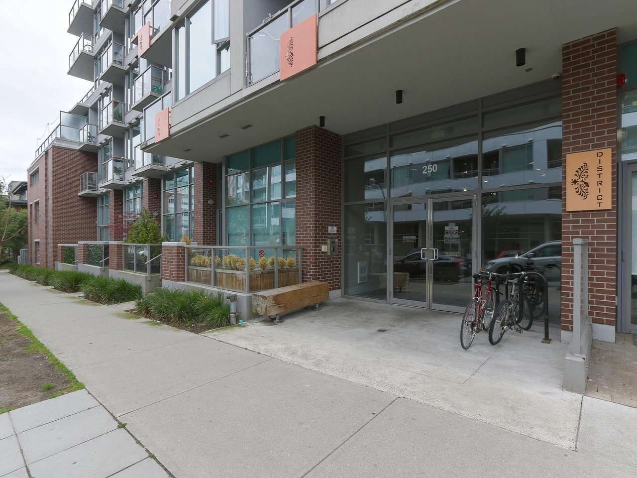 """Main Photo: 702 250 E 6TH Avenue in Vancouver: Mount Pleasant VE Condo for sale in """"The District"""" (Vancouver East)  : MLS®# R2386301"""