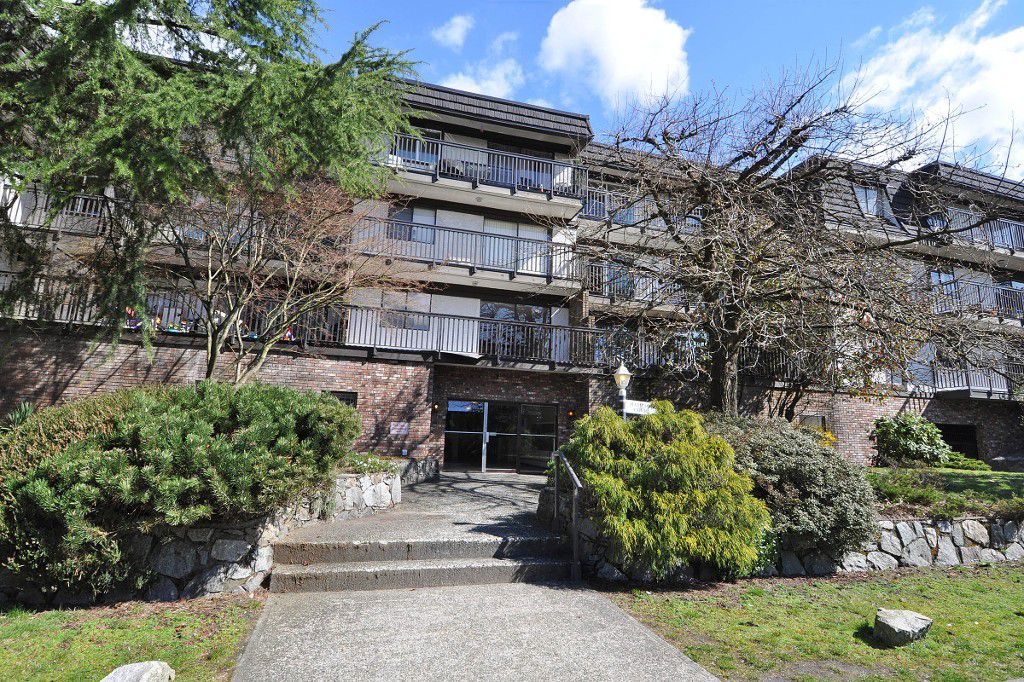 """Main Photo: 111 270 W 3RD Street in North Vancouver: Lower Lonsdale Condo for sale in """"HAMPTON COURT"""" : MLS®# R2151454"""