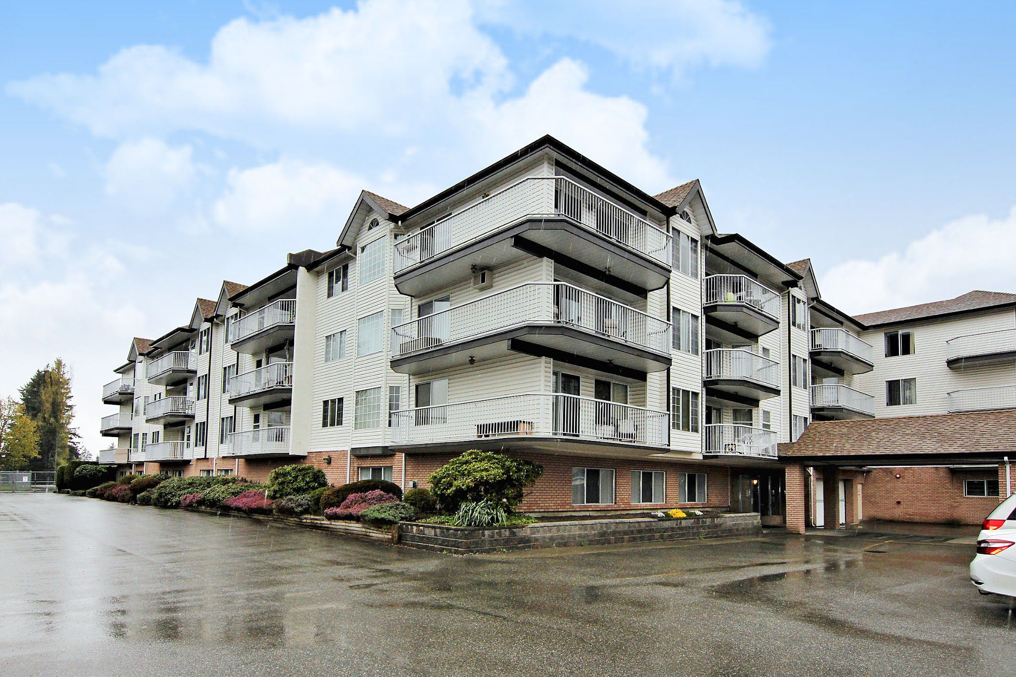 """Main Photo: 207 33535 KING Road in Abbotsford: Poplar Condo for sale in """"CENTRAL HEIGHTS MANOR"""" : MLS®# R2357537"""