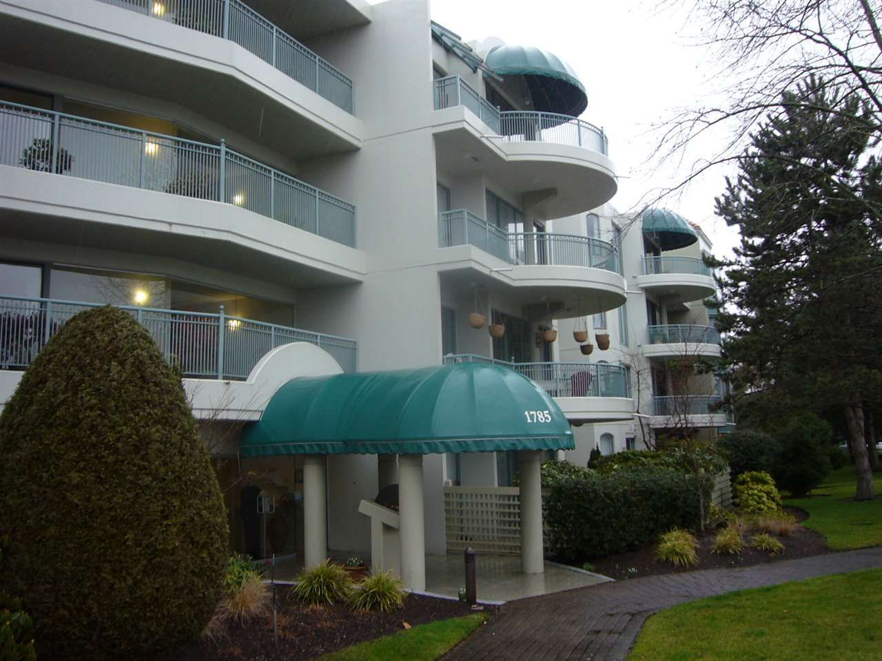 """Main Photo: 110 1785 MARTIN Drive in Surrey: Sunnyside Park Surrey Condo for sale in """"Southwynd"""" (South Surrey White Rock)  : MLS®# R2029620"""