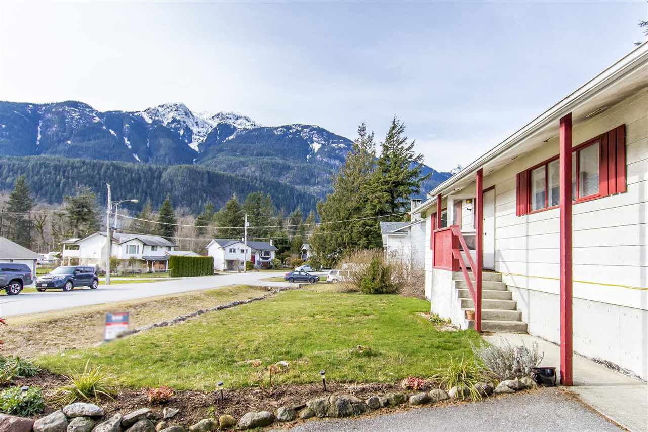Main Photo: 1204 PARKWOOD Place in Squamish: Brackendale House for sale : MLS®# R2240418