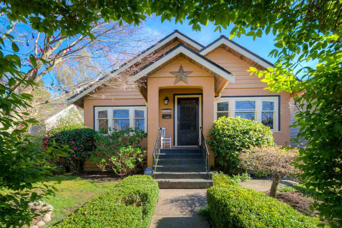 """Main Photo: 232 FIFTH Avenue in New Westminster: Queens Park House for sale in """"QUEENS PARK"""" : MLS®# R2052013"""