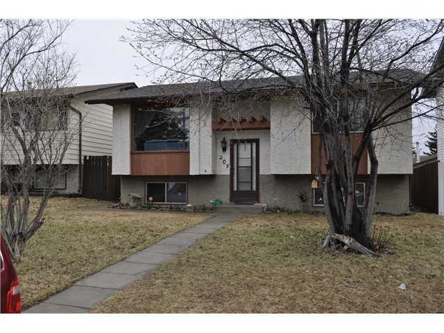 Welcome to this Fully Finished Bi-Level with 4 bedrooms, 2 Living Rooms, Large Kitchen.