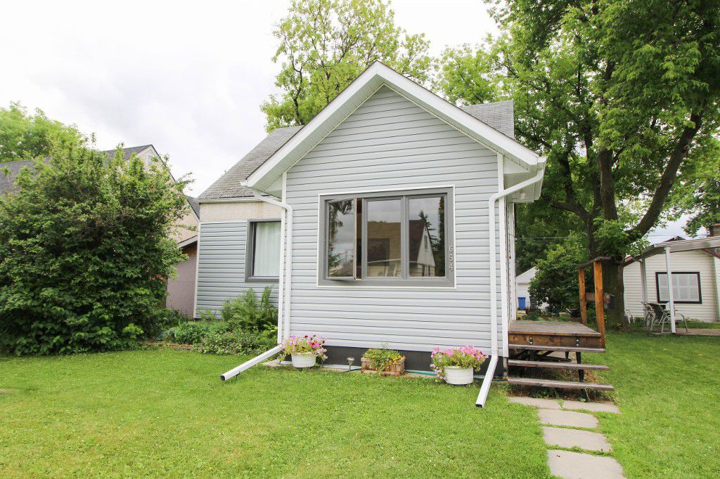 Main Photo: East Kildonan Home For Sale In Winnipeg