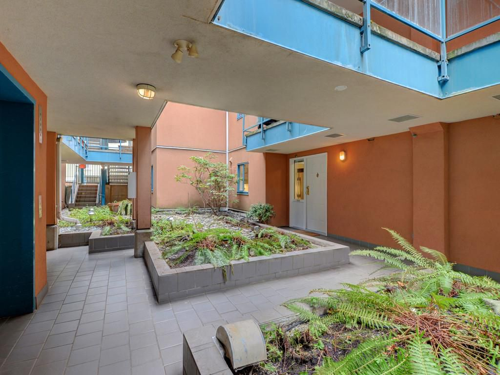 """Main Photo: 104 988 W 16TH Avenue in Vancouver: Cambie Condo for sale in """"THE OAKS"""" (Vancouver West)  : MLS®# R2344280"""