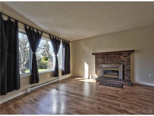 Main Photo: 2076 Weiler Avenue in SIDNEY: Si Sidney South-West Residential for sale (Sidney)  : MLS®# 321129