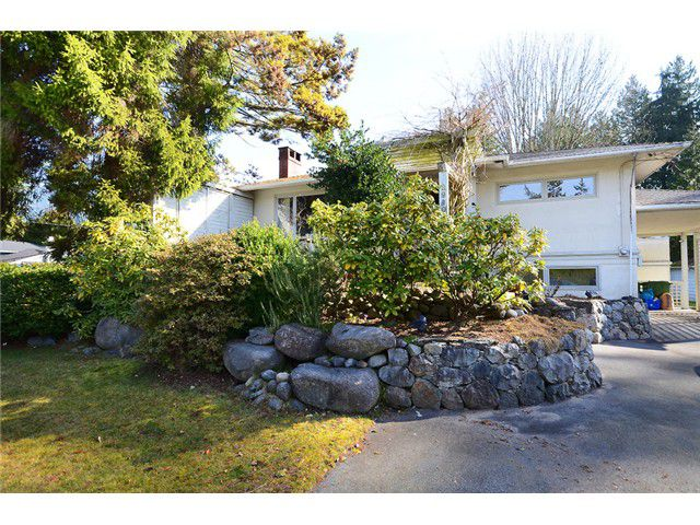 """Main Photo: 2980 THORNCLIFFE Drive in North Vancouver: Edgemont House for sale in """"EDGEMONT VILLAGE"""" : MLS®# V1051836"""
