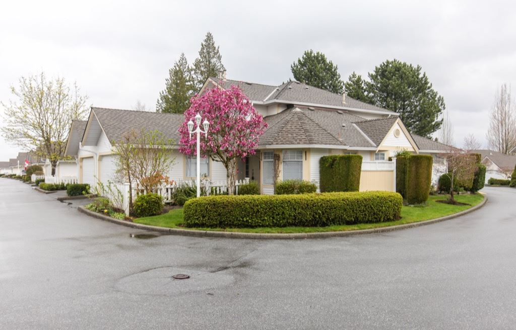 """Main Photo:  in Langley: Walnut Grove Townhouse for sale in """"Chartwell Green"""" : MLS®# R2353757"""