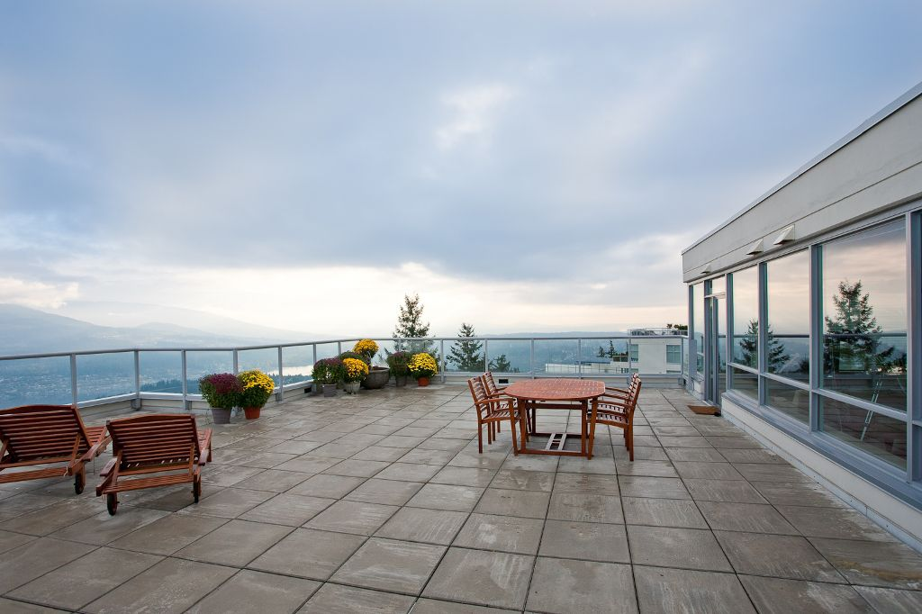 1100sqft Private Rooftop Deck