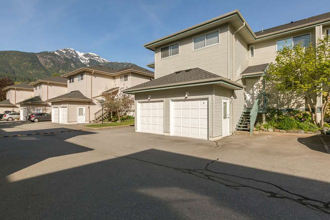 """Main Photo: 9 41449 GOVERNMENT Road in Squamish: Brackendale Townhouse for sale in """"Emerald Place"""" : MLS®# R2170509"""