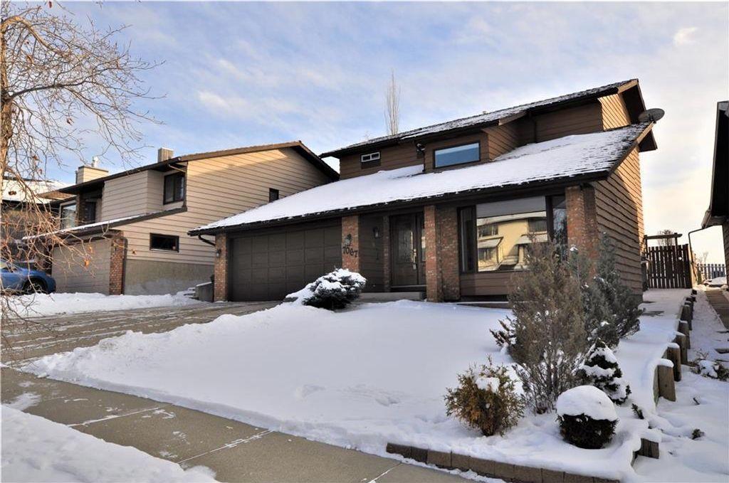 Main Photo: 7067 EDGEMONT Drive NW in Calgary: Edgemont House for sale : MLS®# C4143123