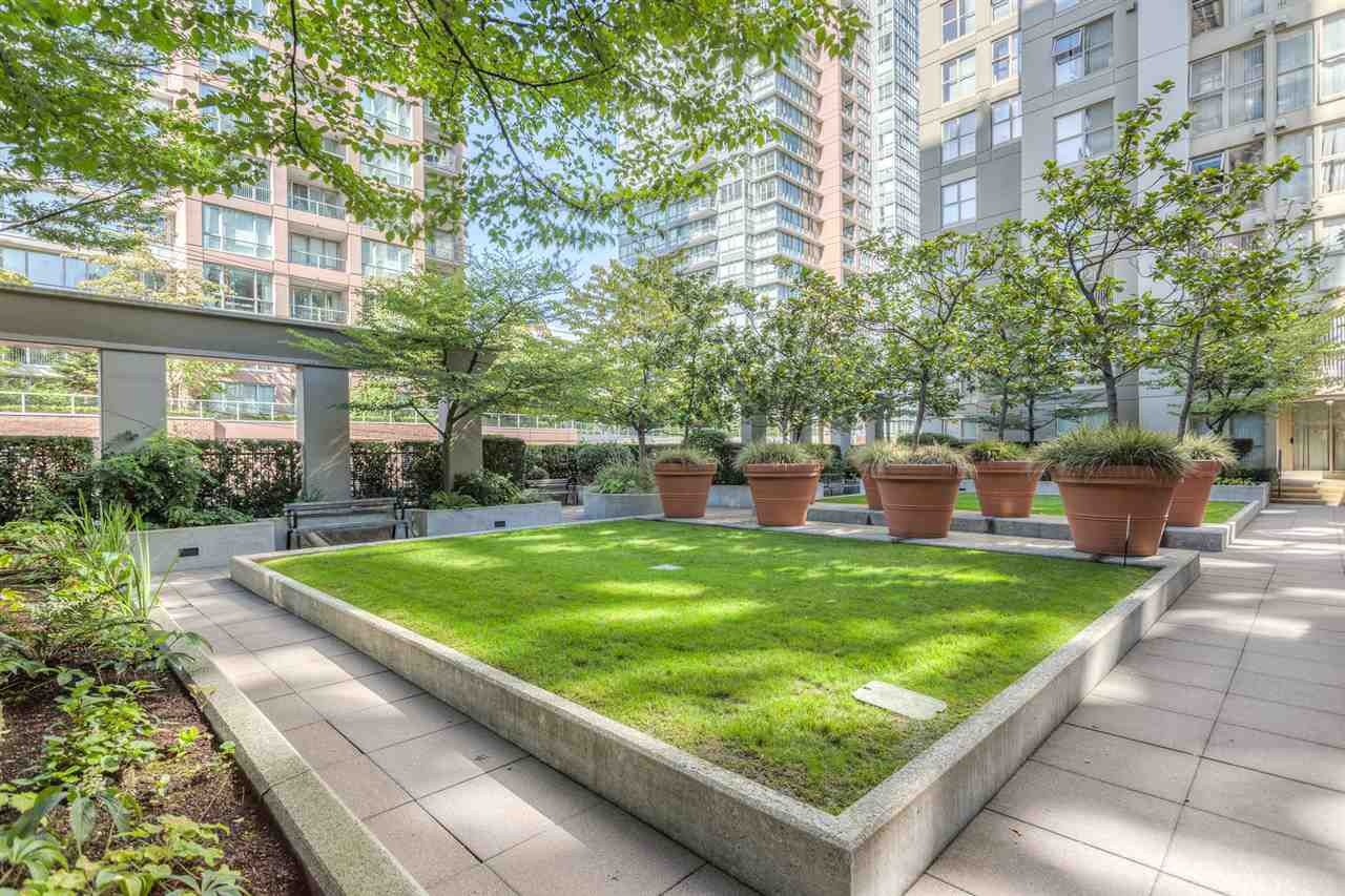 """Main Photo: 808 969 RICHARDS Street in Vancouver: Downtown VW Condo for sale in """"MONDRIAN II"""" (Vancouver West)  : MLS®# R2332263"""