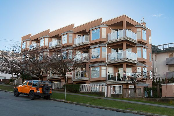 "Main Photo: # 103 2006 W 2ND AV in Vancouver: Kitsilano Townhouse for sale in ""MAPLE PARK WEST"" (Vancouver West)  : MLS®# V1047469"