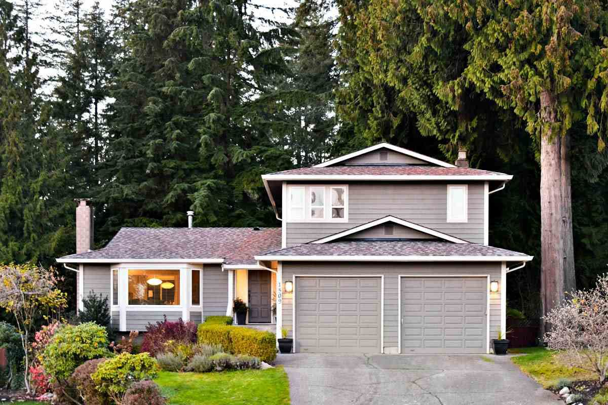 Main Photo: 1509 FERNWOOD Place in Port Moody: Mountain Meadows House for sale : MLS®# R2322631
