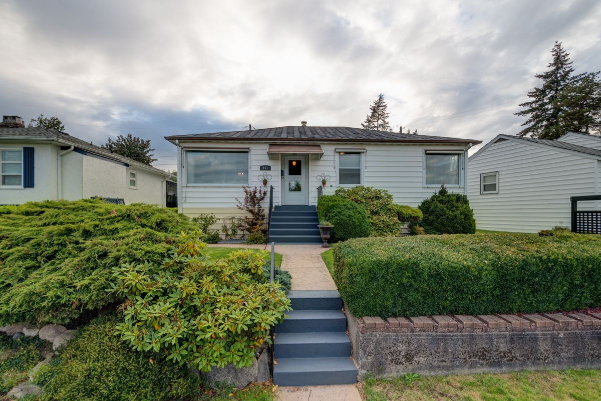 """Main Photo: 933 LAUREL Street in New Westminster: The Heights NW House for sale in """"The Heights"""" : MLS®# R2308868"""
