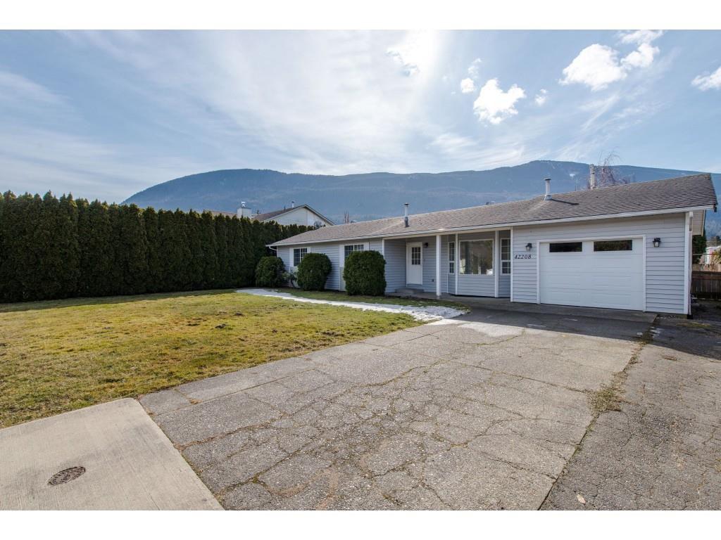 Main Photo: 42208 CORONA Avenue: Yarrow House for sale : MLS®# R2349376
