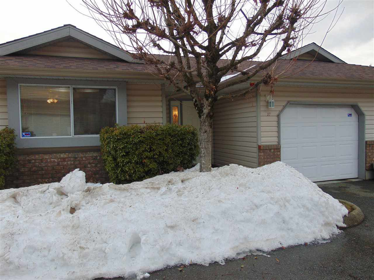 """Main Photo: 37 2023 WINFIELD Drive in Abbotsford: Abbotsford East Townhouse for sale in """"Meadow View"""" : MLS®# R2138029"""