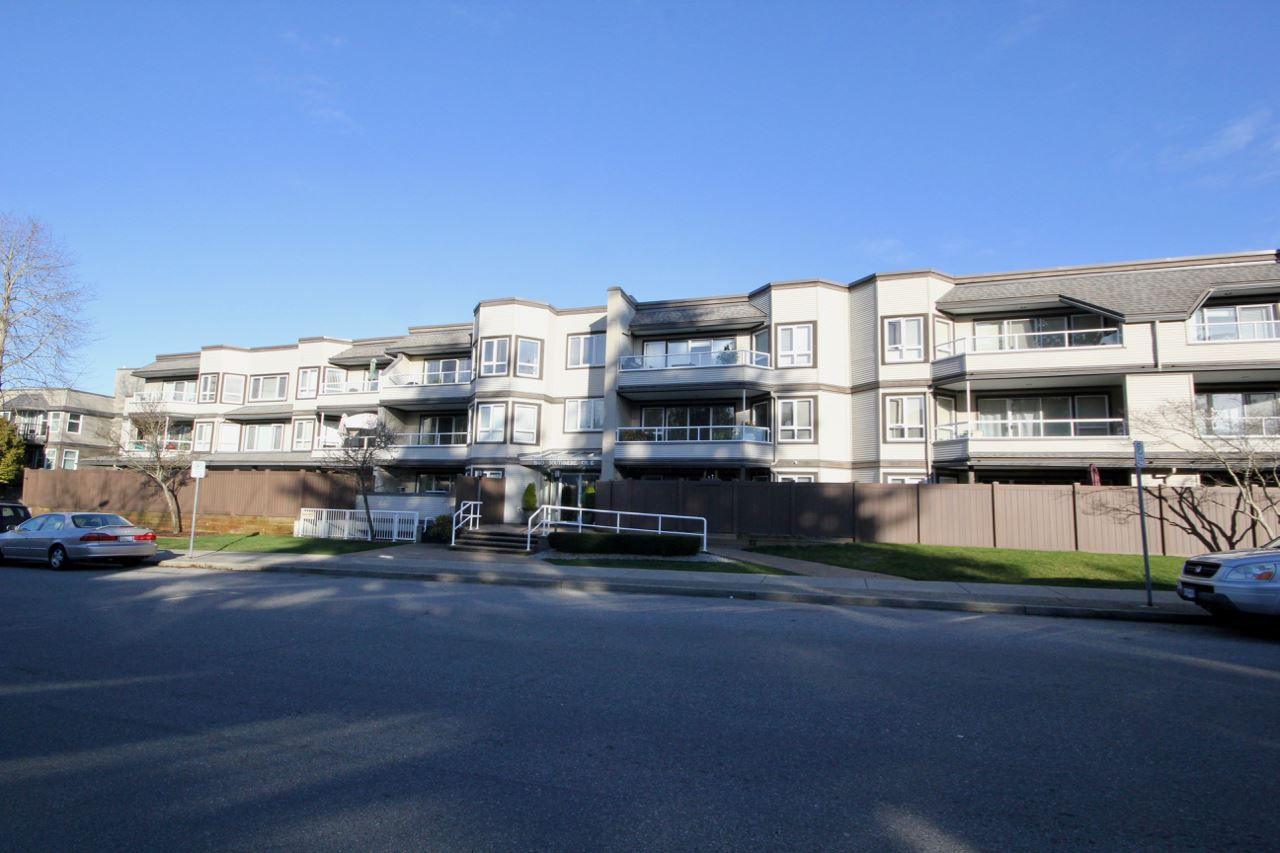 "Main Photo: 301 1840 E SOUTHMERE Crescent in Surrey: Sunnyside Park Surrey Condo for sale in ""SOUTHMERE MEWS WEST"" (South Surrey White Rock)  : MLS®# R2333887"