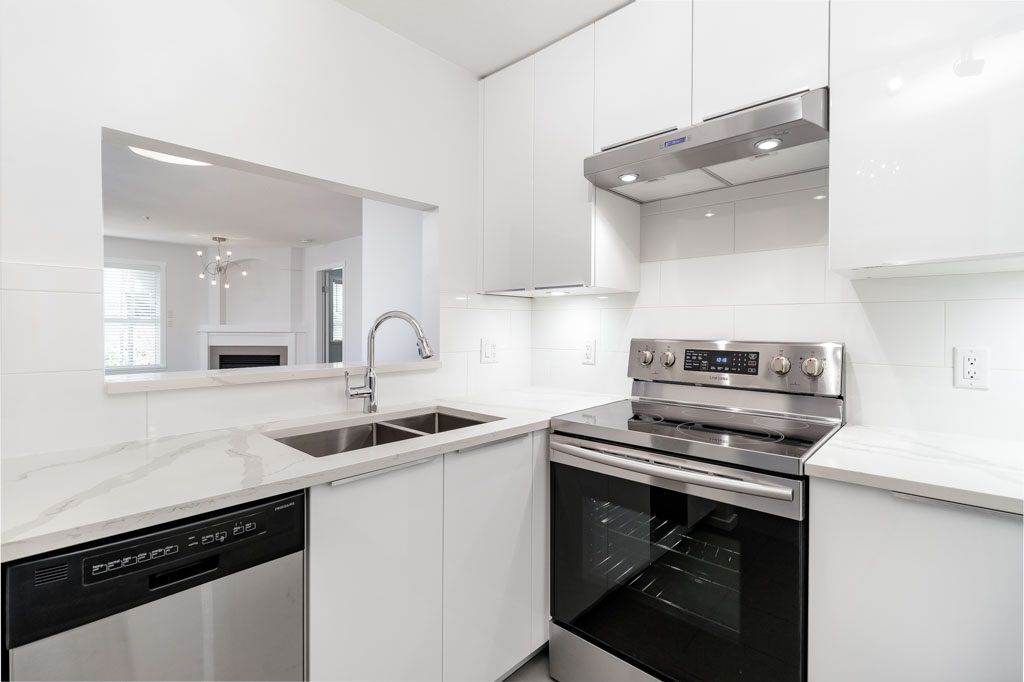 """Main Photo: 302 2405 KAMLOOPS Street in Vancouver: Renfrew VE Condo for sale in """"8th Ave Garden Apartments"""" (Vancouver East)  : MLS®# R2371922"""
