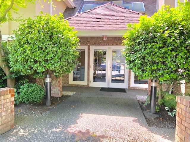 """Main Photo: 19 2130 MARINE Drive in West Vancouver: Dundarave Condo for sale in """"LINCOLN GARDENS"""" : MLS®# R2286092"""