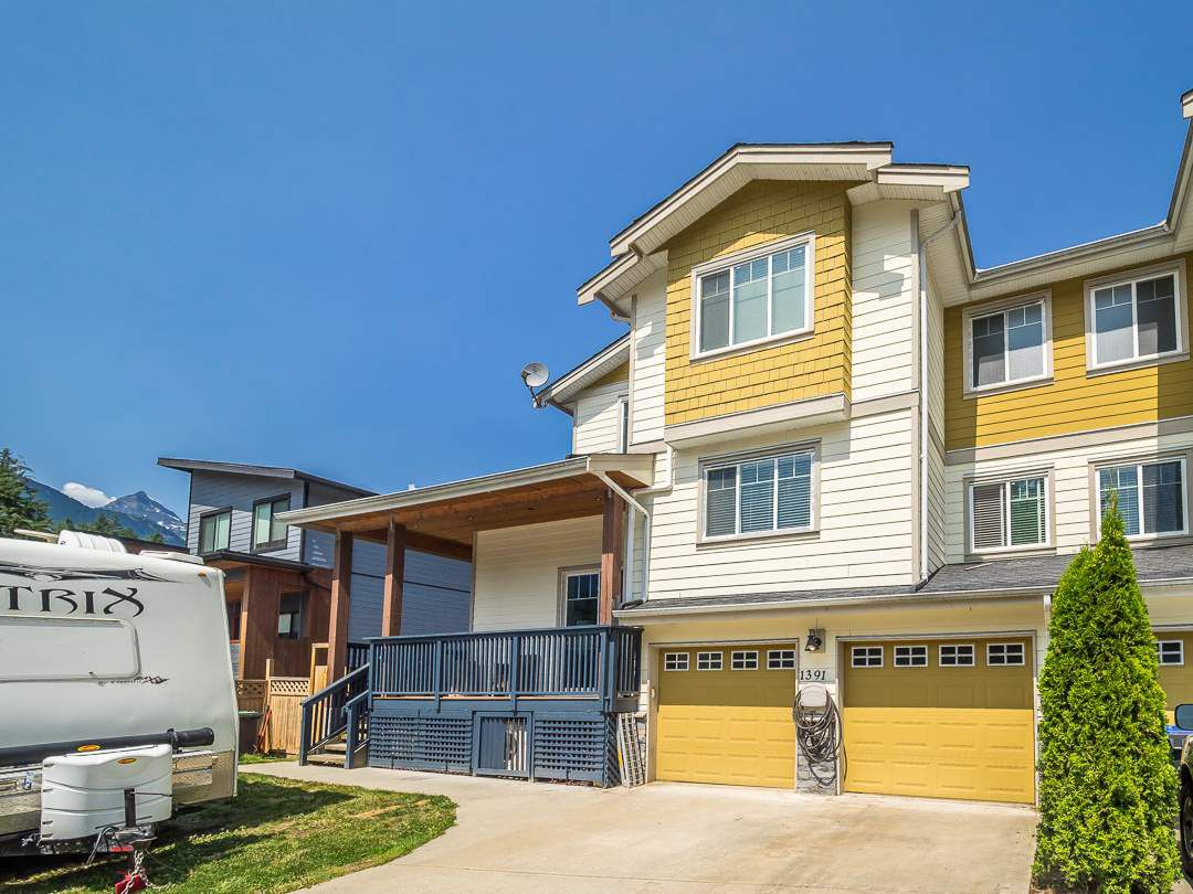 Main Photo: 1391 DEPOT Road in Squamish: Brackendale House 1/2 Duplex for sale : MLS®# R2292878