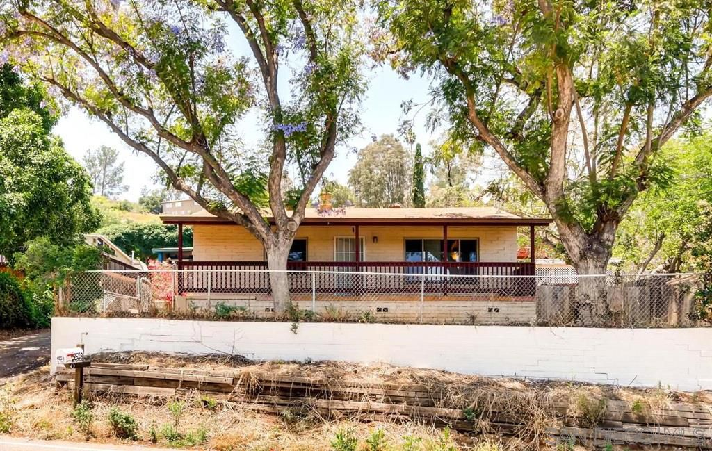 Main Photo: LAKESIDE House for sale : 2 bedrooms : 9518 Riverview Ave