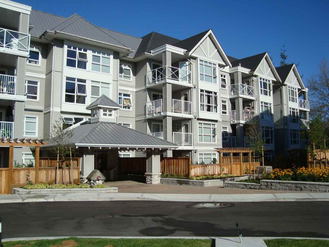 "Main Photo: 412 3136 ST JOHNS Street in Port Moody: Port Moody Centre Condo for sale in ""SONRISA"" : MLS®# R2101760"