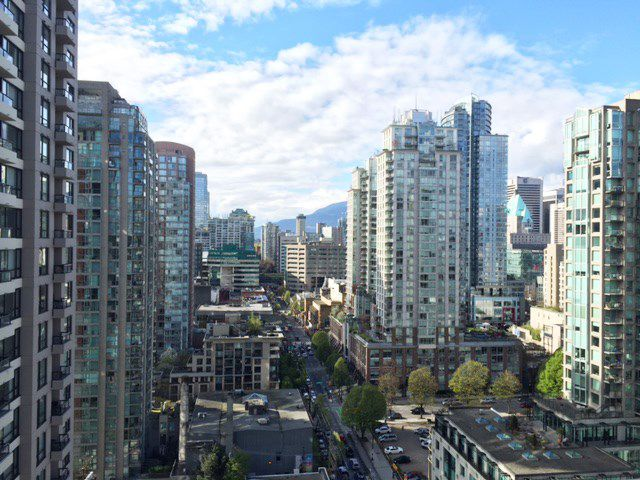 """Main Photo: 2408 909 MAINLAND Street in Vancouver: Yaletown Condo for sale in """"Yaletown Park II"""" (Vancouver West)  : MLS®# R2157155"""