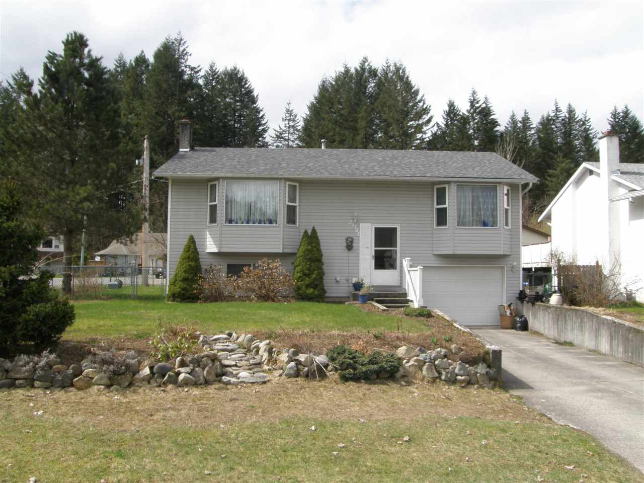 Main Photo: 21141 LAKEVIEW Crescent in Hope: Hope Kawkawa Lake House for sale : MLS®# R2154729