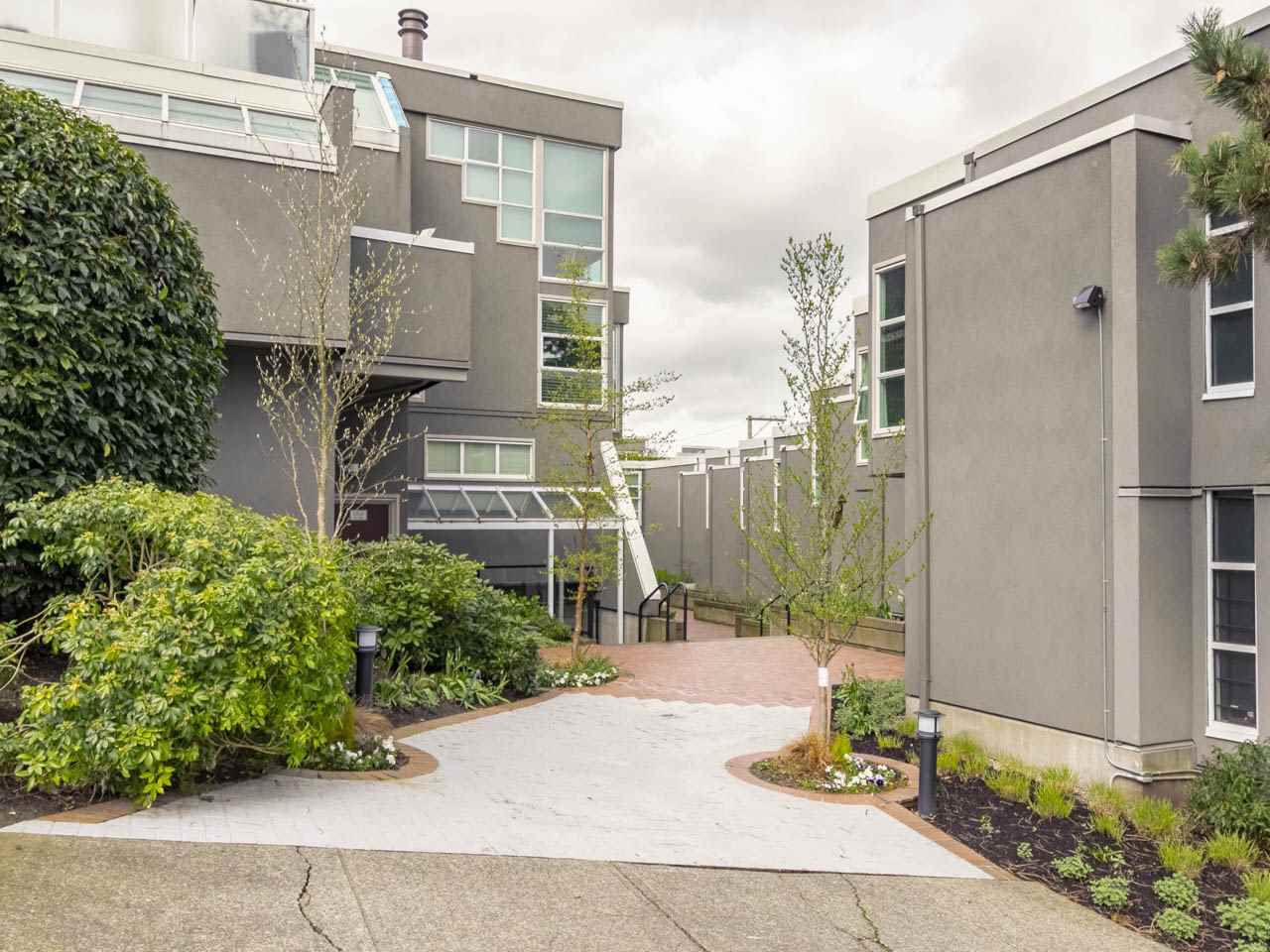 Main Photo: 2225 OAK STREET in Vancouver: Fairview VW Townhouse for sale (Vancouver West)  : MLS®# R2256222