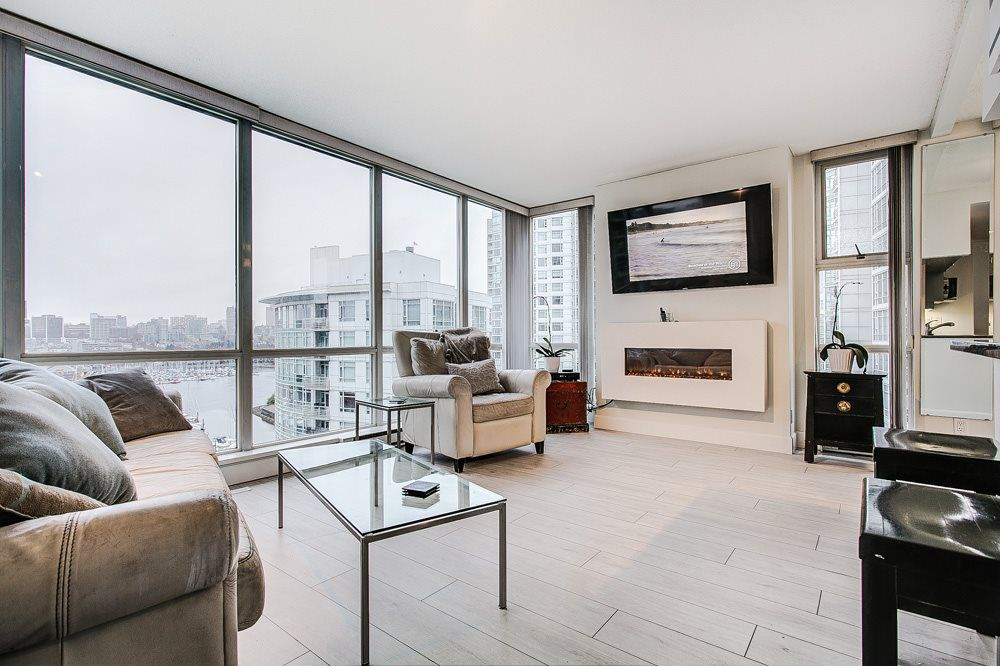 "Main Photo: 1501 193 AQUARIUS Mews in Vancouver: Yaletown Condo for sale in ""MARINASIDE RESORT RESIDENCE"" (Vancouver West)  : MLS®# R2324099"