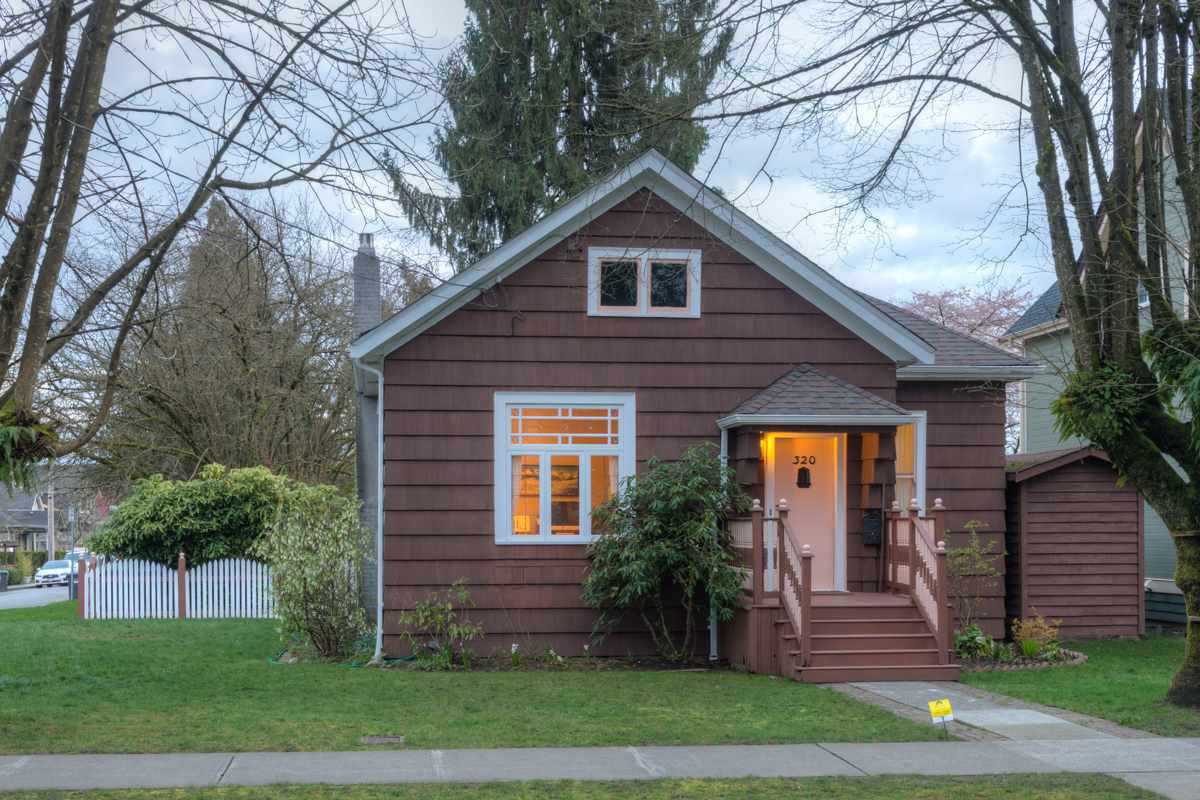 "Main Photo: 320 FIFTH Avenue in New Westminster: Queens Park House for sale in ""QUEENS PARK"" : MLS®# R2046891"