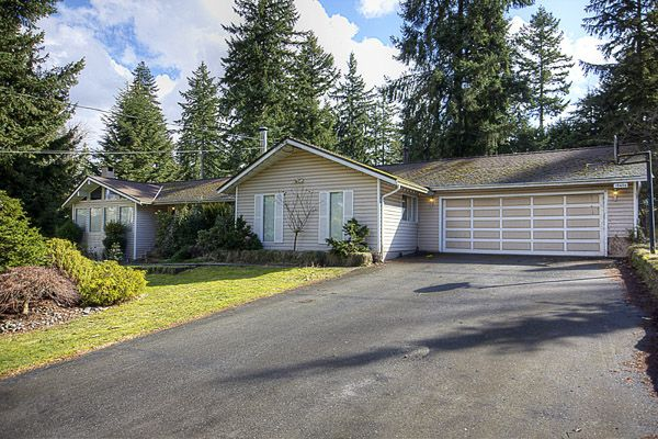 Main Photo: 15656 MOUNTAIN VIEW Drive in Surrey: Grandview Surrey House for sale (South Surrey White Rock)  : MLS®# F1107097