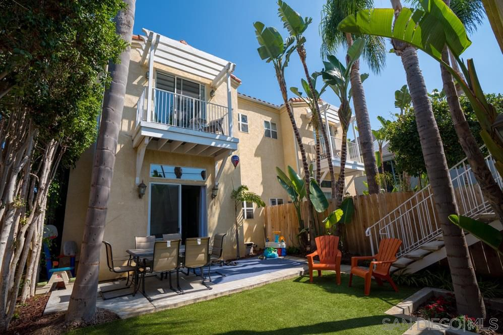 Main Photo: PACIFIC BEACH Twinhome for sale : 3 bedrooms : 1461 Chalcedony St in San Diego
