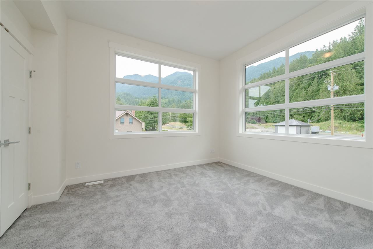 """Photo 15: Photos: 1 1885 COLUMBIA VALLEY Road: Lindell Beach House for sale in """"Aquadel Crossing"""" (Cultus Lake)  : MLS®# R2351712"""