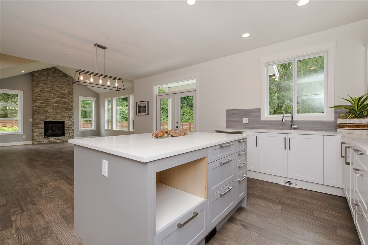 """Photo 11: Photos: 1 1885 COLUMBIA VALLEY Road: Lindell Beach House for sale in """"Aquadel Crossing"""" (Cultus Lake)  : MLS®# R2351712"""